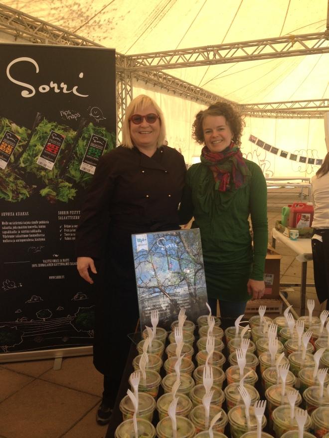 Sorrin salaatillisen ilosanoman sanansaattaja Piki Kettinen ja ravitsemusasiantuntija Jenni Vaarno.