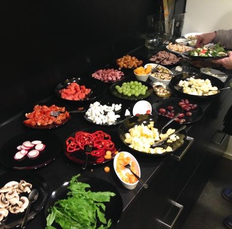 Näyttävän näköinen salaattibuffa