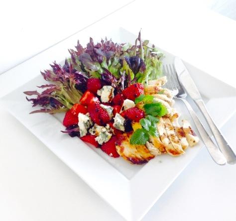 Salanova-mansikka-sinihomejuusto-kanasalaatti