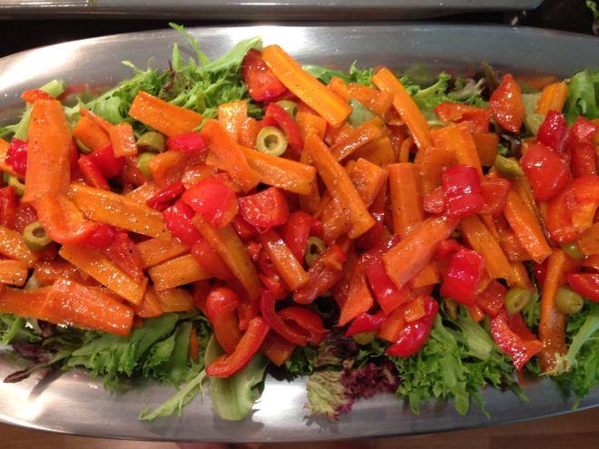 Tee IsoMixistä salaattipohja kasviksille.