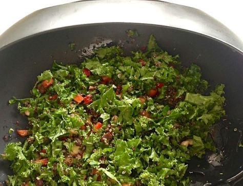 -mmmm, pieni tuumaustauko, tämä on hyvää, oikein hyvää, tuumasi Svetlana maistaessaan salaattia.