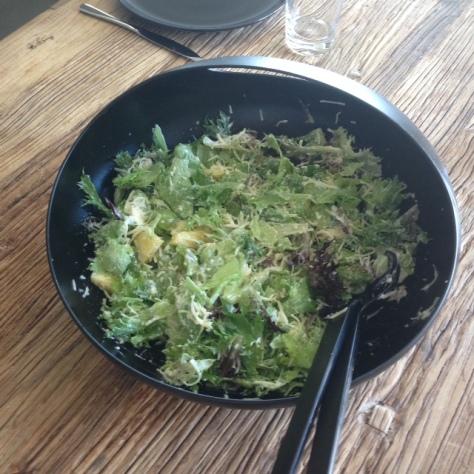 valmis salaatti majolla