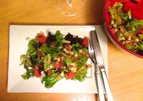 Greippisalaatti lautasella