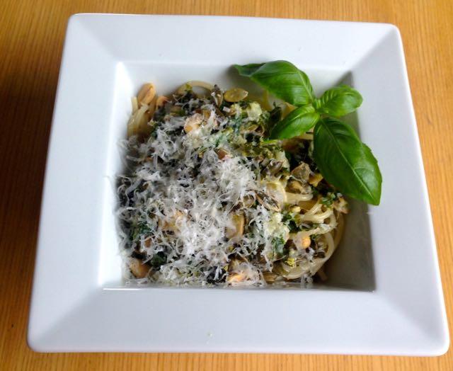 Salaatti nro 67 – Lehtikaali-sitruuna-pähkinä-pasta
