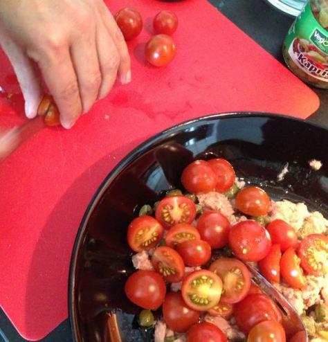 Pilko tomaatit joukkoon.