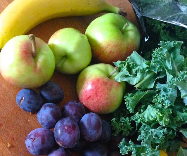 Salaatti nro 72 – Kirpeä syyssmuutti omenista ja luumuista